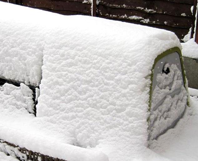 Eglu Go Meerschweinchenstall von Schnee bedeckt.